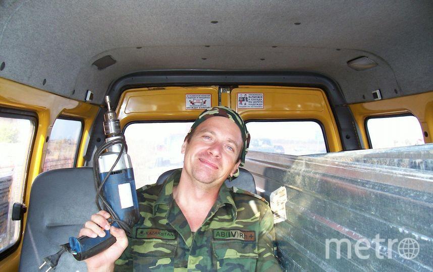 На фото мой папа вооружённый электродрелью. Раньше, в Казахстане,он работал в ДОСААФ.учил курсантов водить военную технику,а сейчас учит стажёров водить мирные автобусы. Фото Лада Смольянинова