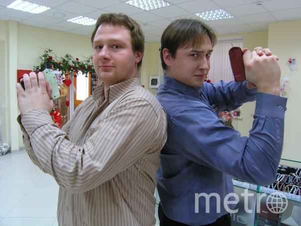 Крылов Владимир (слева) и Денис вооружились приспособлениями для крепления этикеток. Ну чем не агенты 007? Фото ivanova1963