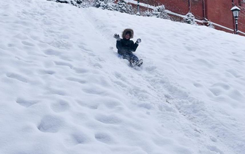 Дети продолжают кататься с горки, где 4-летний мальчик попал под поезд в Москве. (Архивное фото). Фото Василий Кузьмичёнок