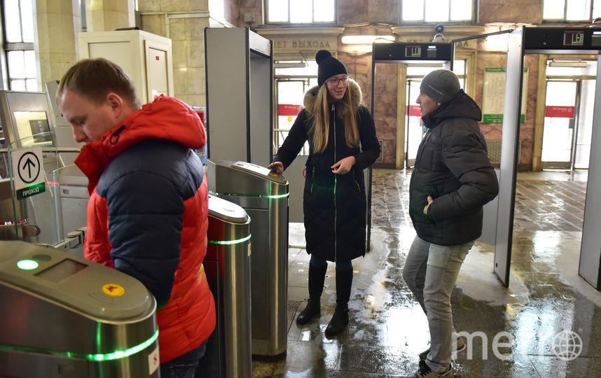 1. Репортёр Metro пропускает пассажира в метро по своему проездному. Фото Василий Кузьмичёнок
