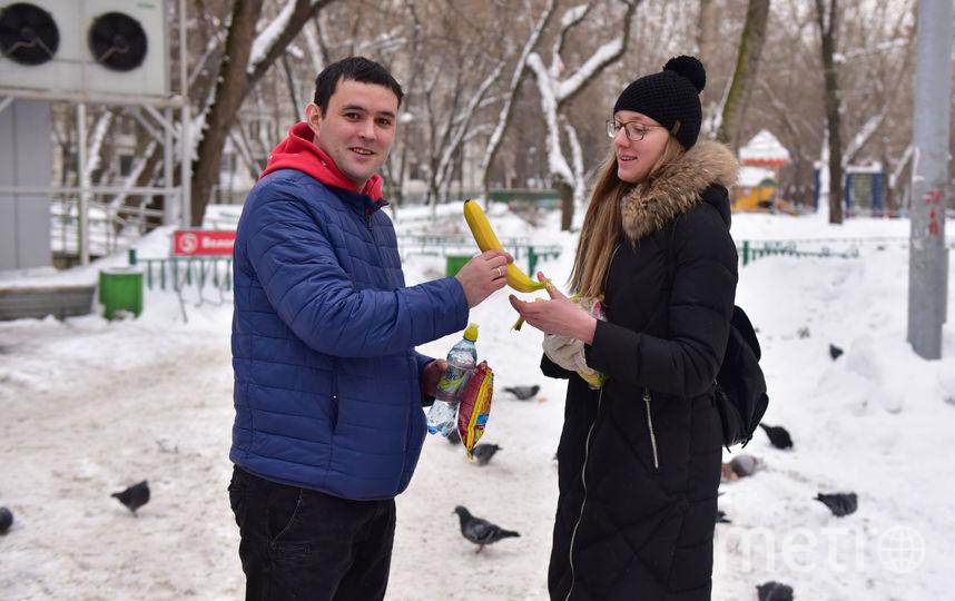 2. От угощения в виде банана не отказался никто. Фото Василий Кузьмичёнок