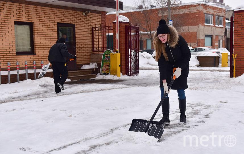 Возвращаясь с репортажа, я «закрепила результат» и помогла охраннику почистить снег у редакции. Фото Василий Кузьмичёнок