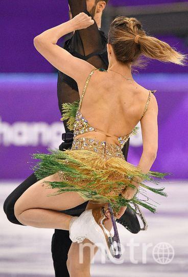 Француженка Габриэлы Пападакис вынуждена была заканчивать программу с обнажённой грудью. Фото AFP