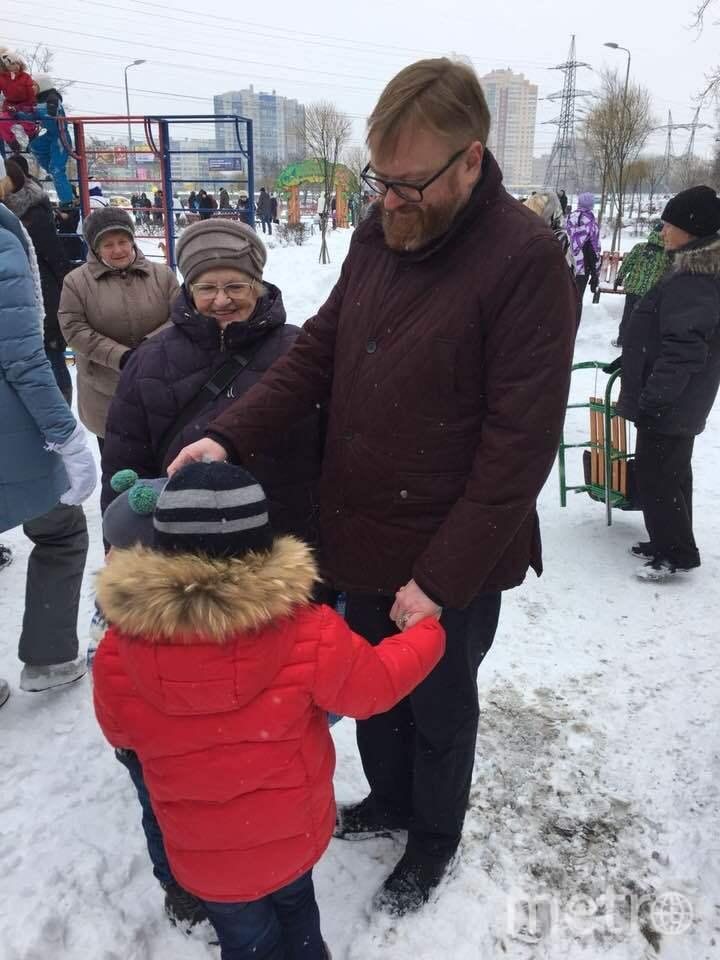 Виталий Милонов отмечает Масленицу. Фото facebook.com/milonov, vk.com
