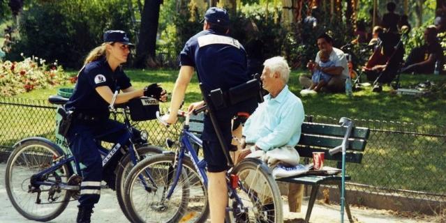 Фотография с полицейскими велосипедистами.