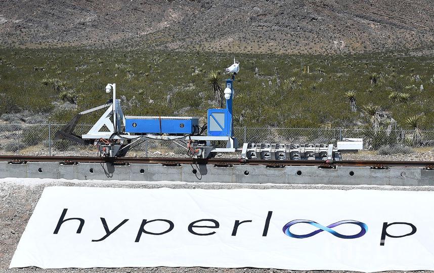 Впервые Маск упомянул о Hyperloop в интервью с Сарой Лэйси, которое дал в июле 2012 года на мероприятии PandoDaily в Санта-Монике. Предприниматель пообещал, что новое транспортное средство будет в 2 раза быстрее самолёта и в 3 – 4 раза быстрее скоростного поезда. Фото Getty