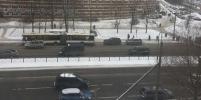 Причины трагической смерти женщины на остановке в Петербурге выясняют следователи