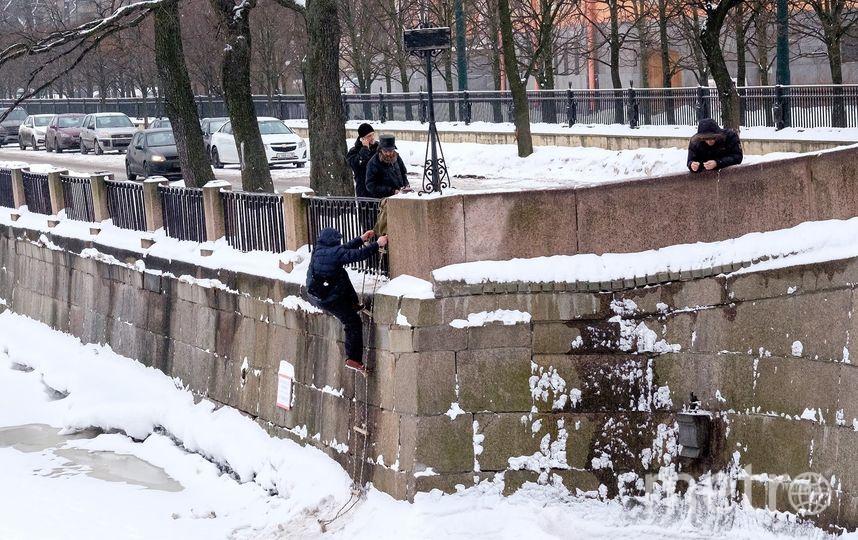 "За «уловом» спускаются по верёвочной лестнице. Фото Алена Бобрович, ""Metro"""