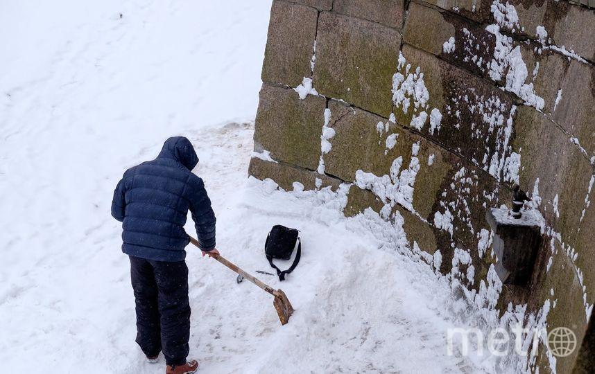 """Мелочь вмерзает в лёд, приходится добывать её с помощью лопаты. Фото Алена Бобрович, """"Metro"""""""