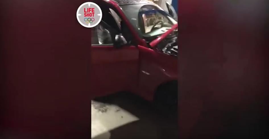 "Петербуржец купил машину с ""сюрпризом"" в виде мёртвого питона: Фото. Фото Скриншот Youtube"