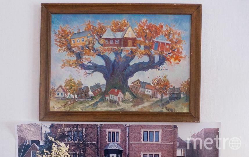 """Картина, изображающая Любавичи, в доме ребе Шнеерсонов. Фото Алена Бобрович, """"Metro"""""""