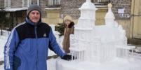 Пенсионер построил собор из снега в одном из дворов Петербурга