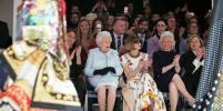 Елизавета II и зеленые человечки: Королева пришла на модный показ в Лондоне