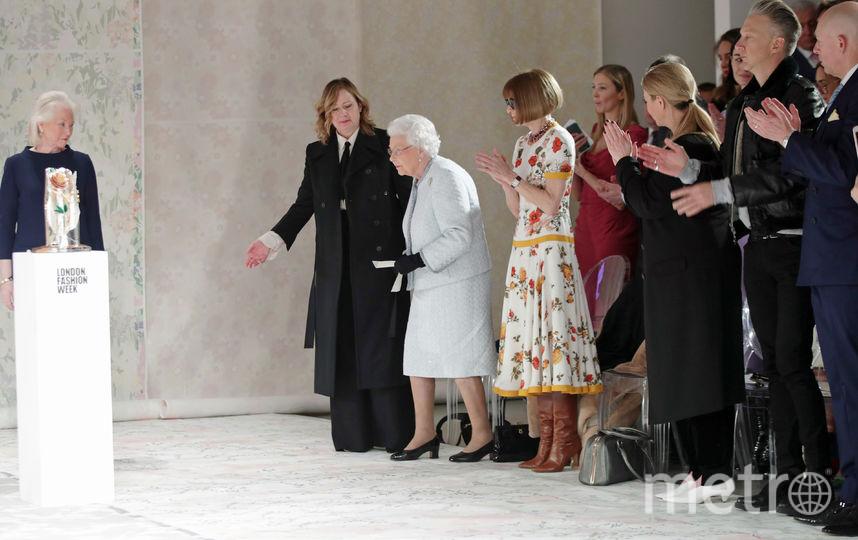 Елизавета II вручила 27-летнему Ричарду Куинну (Richard Quinn) королевскую премию.. Фото Getty