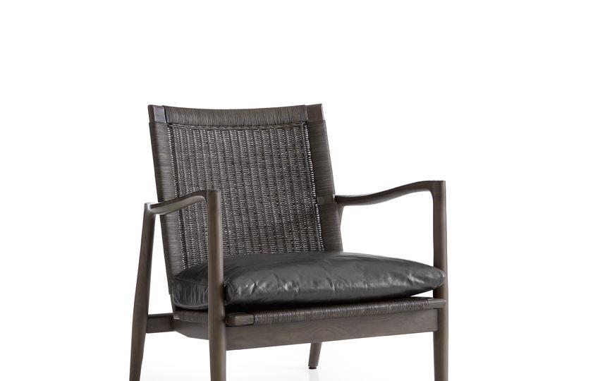Кожаное кресло Crate & Barrel.