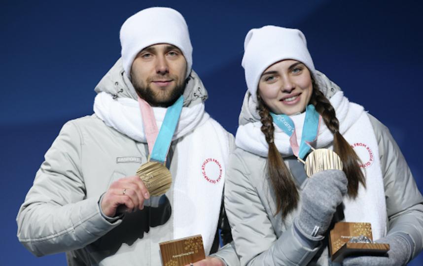 Российские спортсмены Анастасия Брызгалова и Александр Крушельницкий демонстрируют бронзовые медали. Фото Алексей Филиппов, РИА Новости