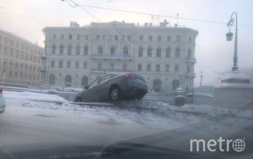 Водитель Весты не справился с управлением и перемахнул через бордюр. Фото vk.com