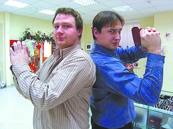 Агенты 007 Владимир и Денис воооружились приспособлениями для крепления этикеток.