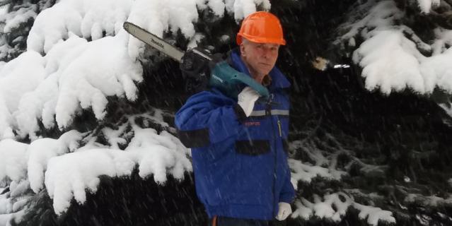 Юрий Лоцкий с пилой на плече.