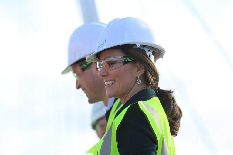 Герцогиня Кембриджская Кэтрин вместе с мужем на открытии моста Северный шпиль. Фото AFP