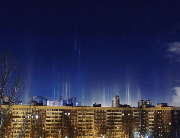 Световые столбы над Петербургом. Фото Скриншот Instagram: osya_spb.ru