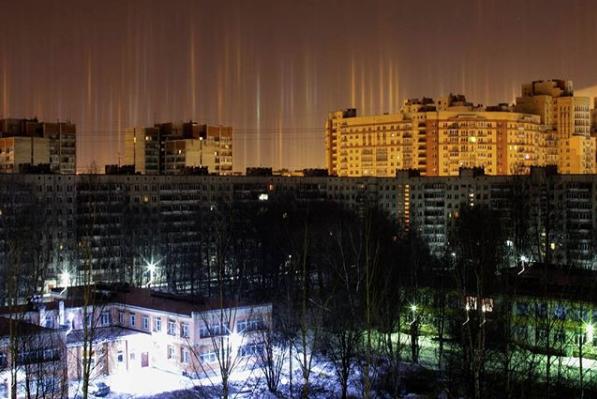 Световые столбы над Петербургом. Фото Скриншот Instagram: daryabat