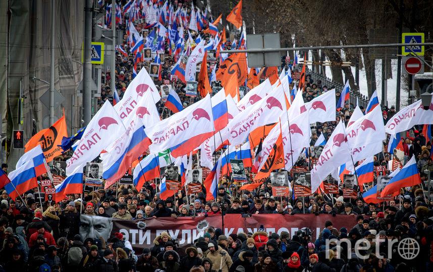 Ожидается, что некоторые демонстранты пройдут к месту убийства Немцова — на Большой Москворецкий мост — и возложат цветы. Фото AFP