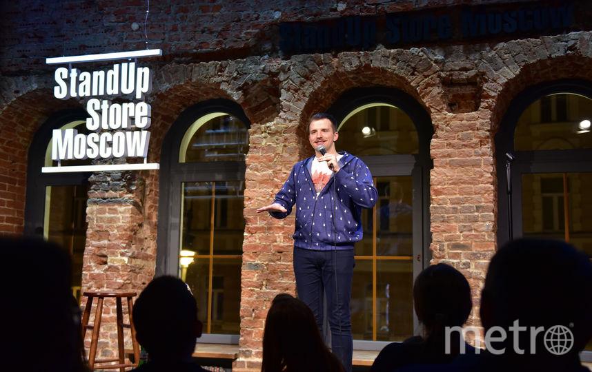 Кирилл Сиэтлов жестом занижает планку зрительских ожиданий. Фото Василий Кузьмичёнок