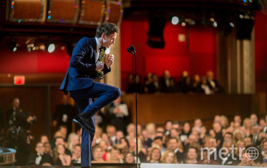 """Эдди Редмэйн произносит речь с """"Оскаром"""" за лучшую мужскую роль в 2015 году. Фото Getty"""