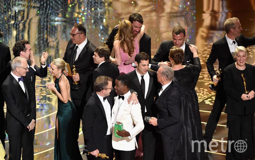 Лучшим фильмом в 2016 году назвали «Spotlight». На сцене - актриса Рэйчел МакАдамс, продюсер Майкл Сагар, режиссер Том Маккарти, сценарист Джош Сингер и актеры Майкл Китон, Лив Шрайбер. Фото Getty