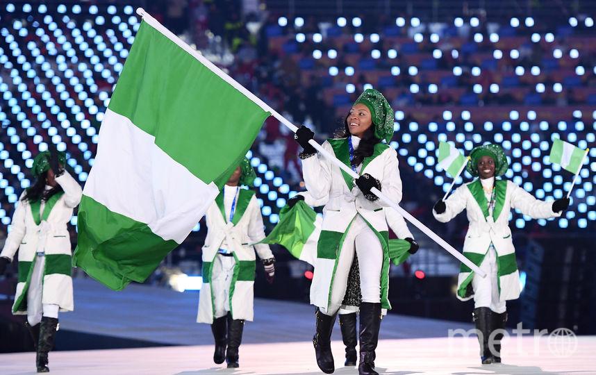 Нгози Онвумере несёт флаг Нигерии. Фото Getty