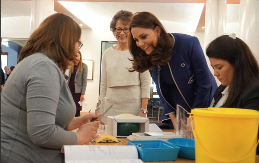 Герцогиня Кэтрин в Королевском колледже акушеров и гинекологов. Фото twitter.com/kensingtonroyal