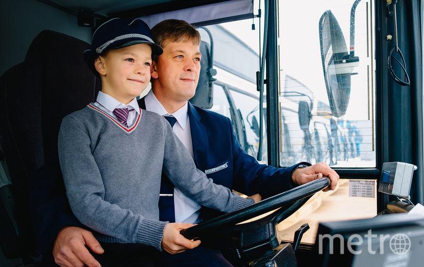 """Фото выполнены в автобусных парках СПб ГУП «Пассажиравтотранс» с участием сотрудников и их детей. Фото Евгения Рудницкого. Предоставлены """"Пассажиравтотрансом"""""""