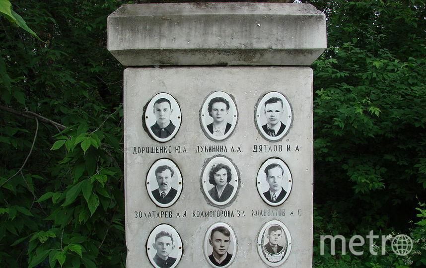 Фото членов тургруппы на памятнике. Фото Wikipedia/ Дмитрий Никишин