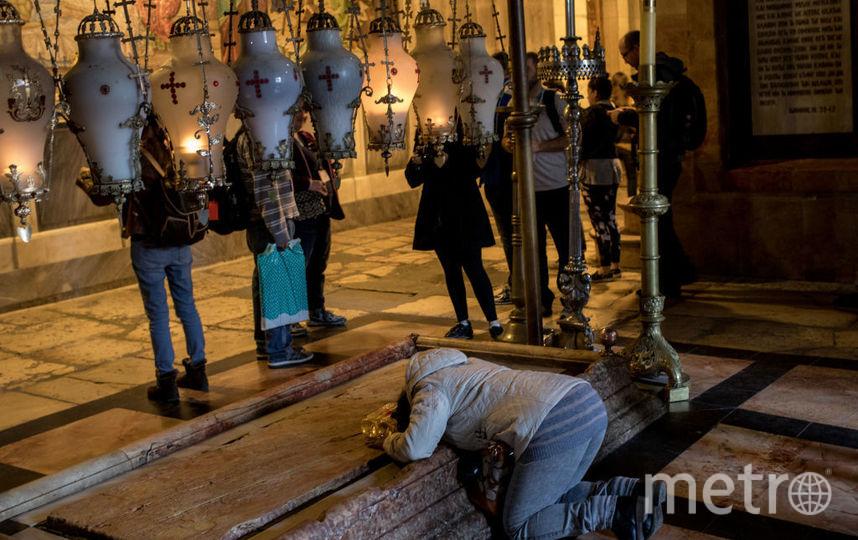 Сотни человек стекаются во вновь открытый Храм гроба Господня в Иерусалиме. Фото Getty