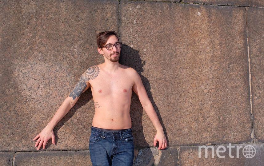 """Турист из Лондона Рафаэль проводит эксперимент: принимает солнечные ванны в 15-градусный мороз; Артём и Таири 1 марта решили нырнуть в прорубь; в холодную ясную погоду петербуржцы всегда загорают, не снимая ботинок, – ноги держат в тепле. Фото Алена Бобрович, """"Metro"""""""
