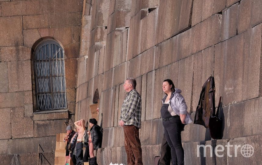 """На пляже у тёплой стены Петропавловской крепости выстроились любители загара. Фото Алена Бобрович, """"Metro"""""""