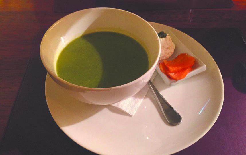 Крем-суп из брокколи и шпината с кусочками копчёного лосося. Фото Анна Храмцова