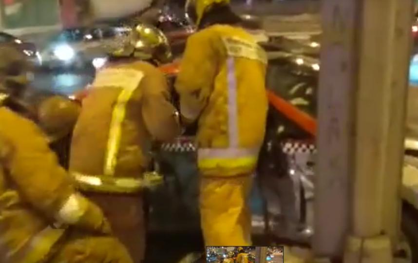 Водителя такси вырезали из авто: подробности и видео ДТП в Петербурге. Фото Все - скриншот YouTube