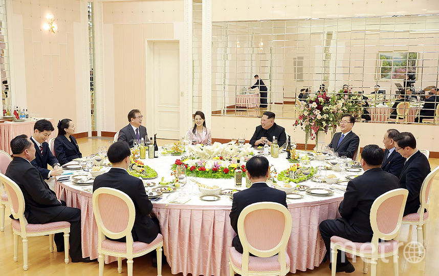 На обеде присутствовали супруга товарища Ким Чен Ына Ли Соль Чжу (на фото в розовом блейзере) и его сестра Ким Ё Чжон (в черном третья слева). Фото AFP