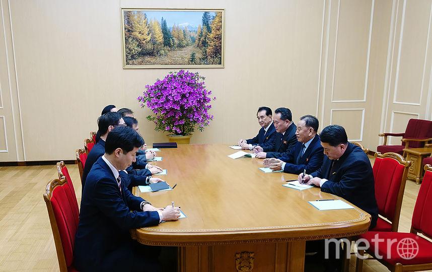 Заведующий отделом единого фронта Трудовой партии Кореи, заместитель председателя ЦК ТПК Ким Ён Чхоль - второй справа - провел переговоры с делегацией Республики Корея (фотографии переговоров представила администрация президента Южной Кореи). Фото AFP