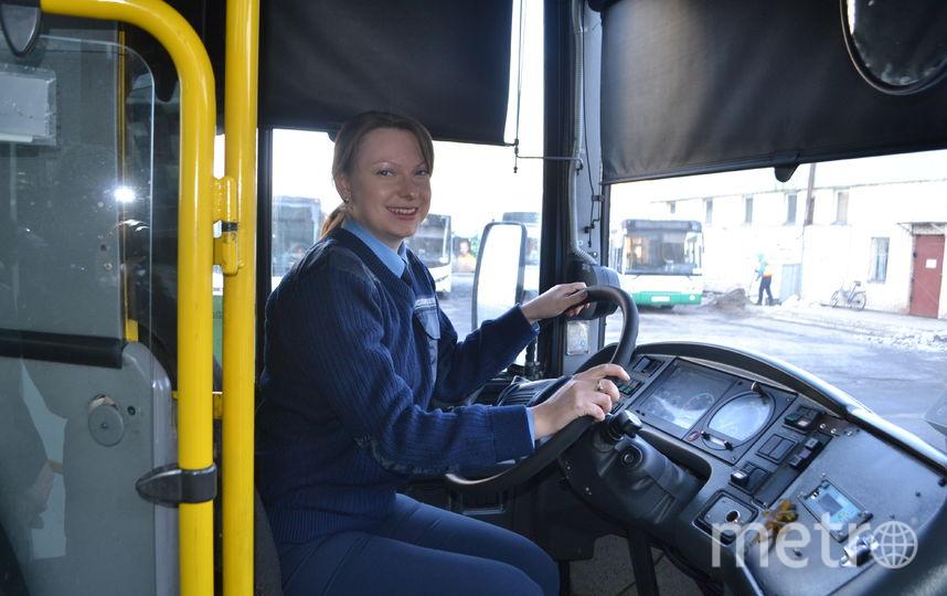 Светлана Анисимова говорит, что автобусом управлять легче, чем троллейбусом. Фото пресс-службы МЧС.