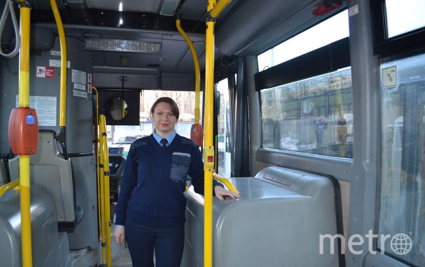 Ирина Комиссарова легко управляет 18-метровым автобусом-«гармошкой». Фото пресс-службы МЧС.