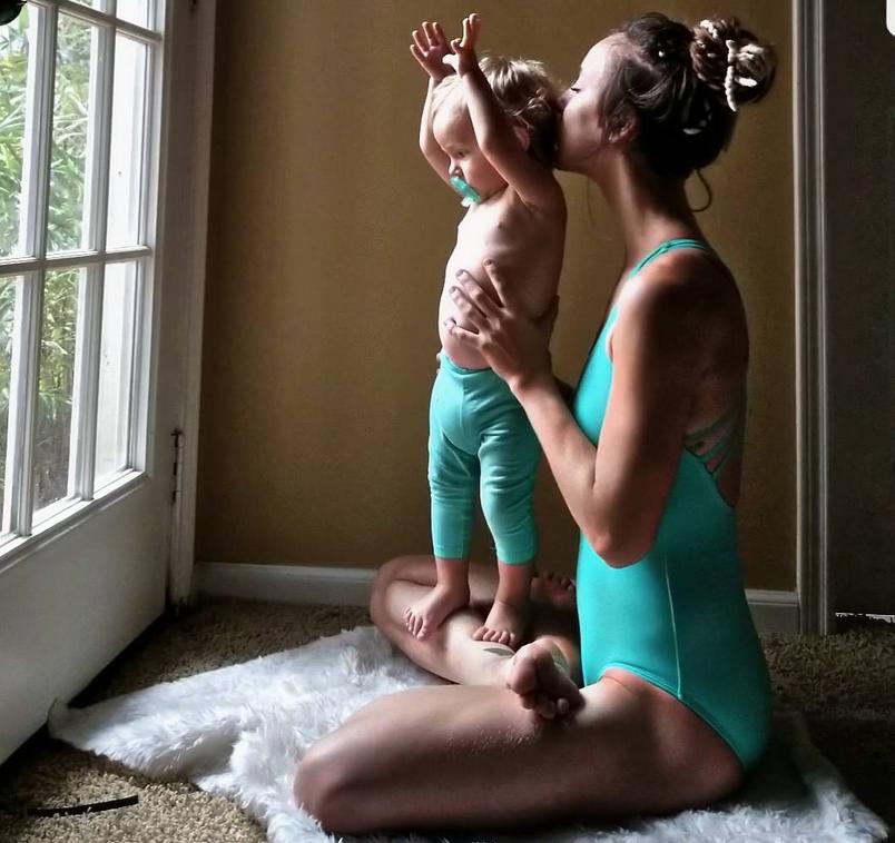 Карли Бенуэр, мама-йога, фотоархив.