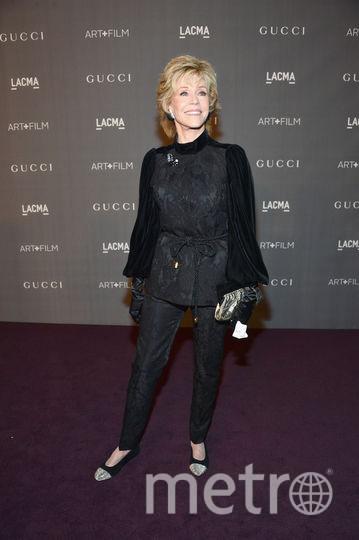 Для светского вечера LACMA Art + Film в Лос-Анджелесе Джейн Фонда выбрала брючный костюм и удобные балетки. Фото Getty