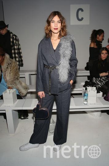 Алекса Чанг на Неделе моды в Нью-Йорке демонстрирует, что привлекательной и желанной можно быть и в объёмном костюме с кроссовками. Фото Getty