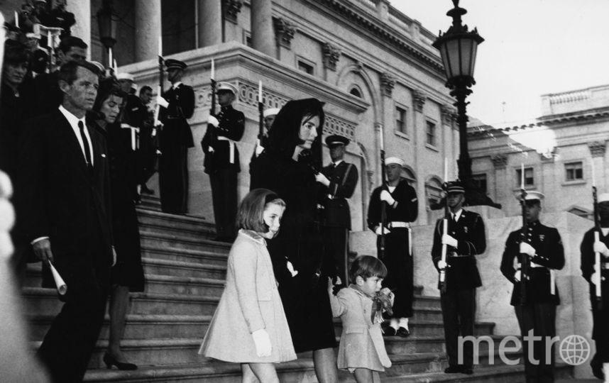 Жаклин Кеннеди с детьми на похоронах Джона Кеннеди. Фото Getty