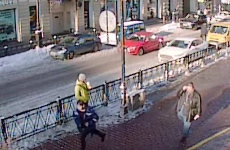 В Сети появилось видео, как мужчина ударил девушку ножом в Петербурге.