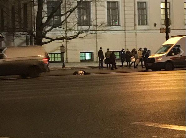 В Петербурге на Невском проспекте насмерть сбили пешехода. Фото https://vk.com/spb_today