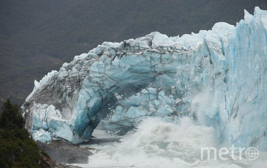 обрушение ледяной арки в национальном парке Лос-Гласиарес в Аргентине. Фото AFP